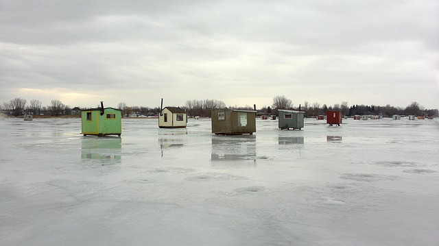 ice-fishing-huts-1011670_640