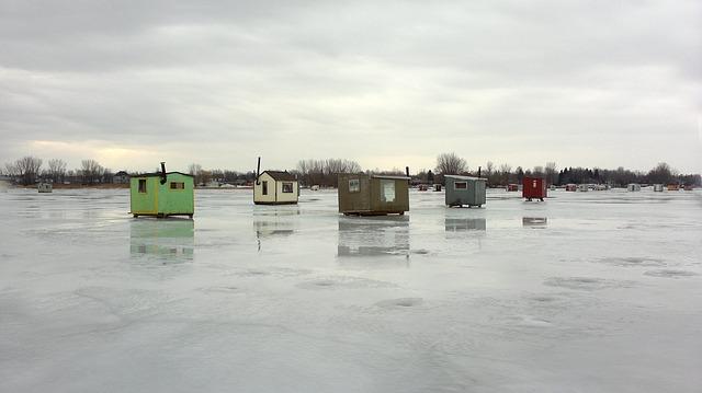 ice-fishing-huts-1011670_640